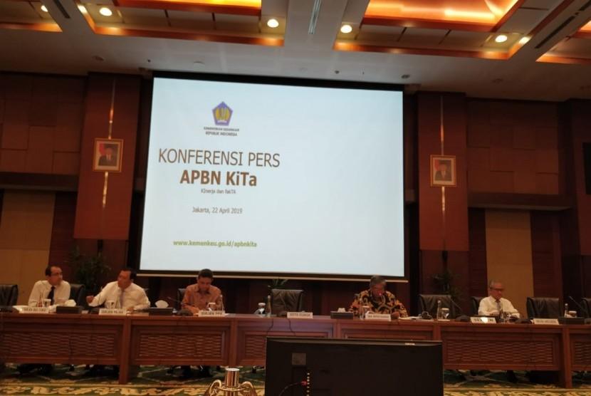 Konferensi pers APBN KiTa di Kantor Kementerian Keuangan, Jakarta, Senin (22/4).