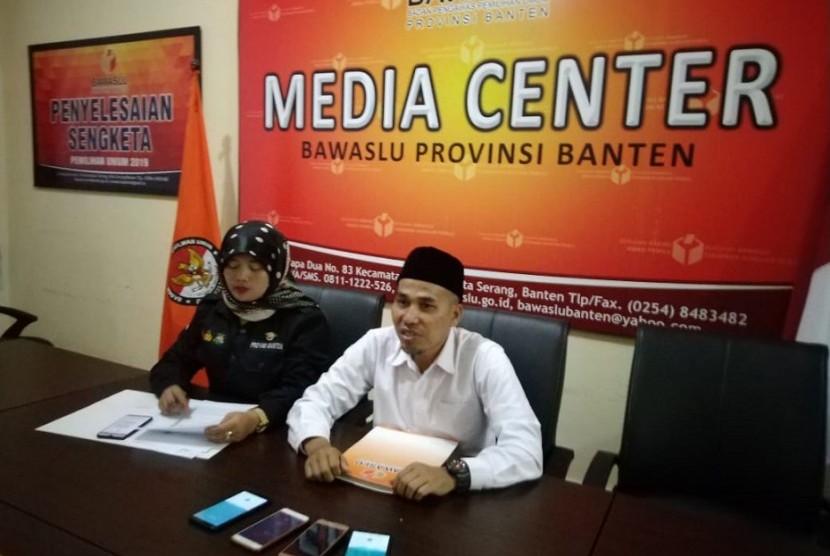 Konferensi Pers Bawaslu Provinsi Banten setelah pelaksanaan Pemilu Serentak yang digelar hari ini. Bawaslu temukan 380 TPS melakukan pelanggaran. Rabu, (17/4).