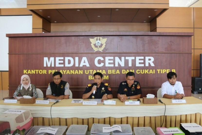 Konferensi pers Bea Cukai Batam, Jumat (13/7).