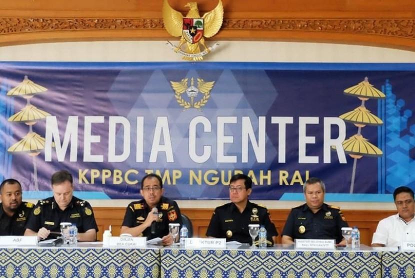 Konferensi pers Bea Cukai Ngurah Rai terkait enam paket kiriman Korea Selatan berisi pil mengandung Pseudoephedrine, Senin (16/7).