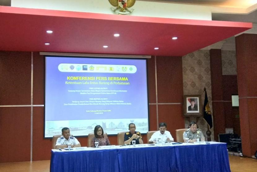 Konferensi Pers Bersama Direktorat Jenderal Bea dan Cukai, Kementerian Keuangan bersama kementerian dan lembaga terkait mengenai fasilitas pendirian Pusat Logistik Bersama (PLB) kawasan perbatasan,  Jakarta, Rabu (3/7).