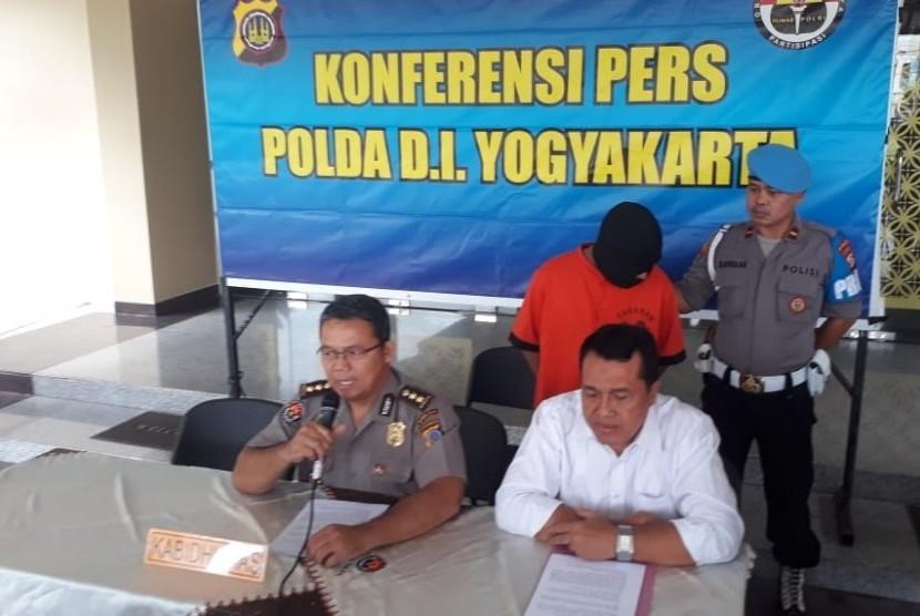 Konferensi pers kasus prostitusi daring di Polda DIY, Senin (18/3).