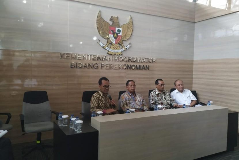 Konferensi pers mengenai penurunan tarif tiket pesawat Low Cost Carrier (LCC) Domestik di Gedung Kemenko Perekonomian, Jakarta, Kamis (20/6).