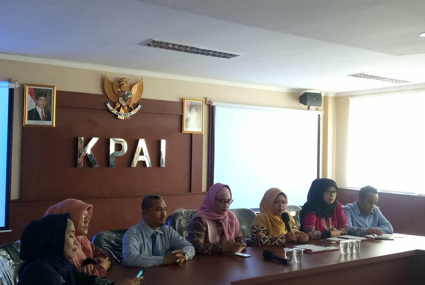 Konferensi pers terkait informasi mengenai perundungan (bullying) terhadap anak bungsu Nunung di kantor KPAI, Jakarta Pusat, Selasa (23/7). Dalam konferensi itu hadir pihak sekolah, yakni kepala sekolah Syamsuddin (ketiga dari kiri) dan pihak KPAI.