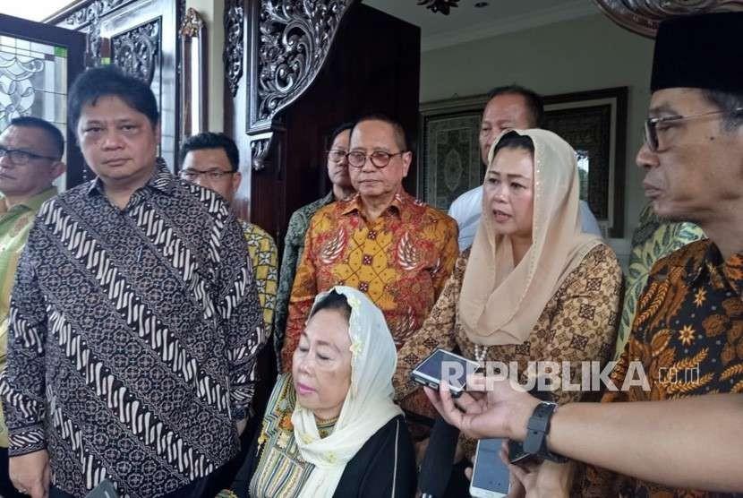 Konferensi pers usai pertemuan yang dilakukan oleh Ketua Umum DPP Partai Golkar, Airlangga Hartarto dengan Sinta Nuriyah Wahid, Kamis (9/8) siang. Pertemuan tersebut berlangsung di kediaman Sinta Nuriyah Wahid.
