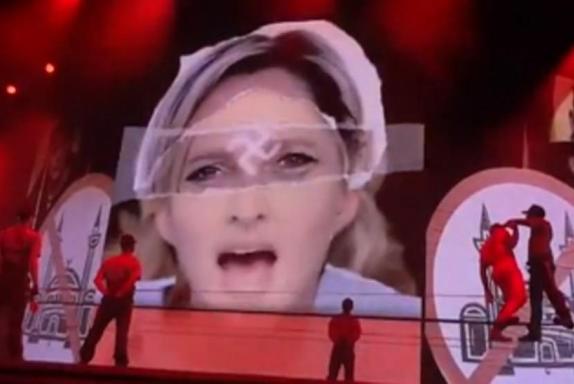 Konser Madonna yang menampilkan foto Le Pen dengan logo Swastika di dahinya