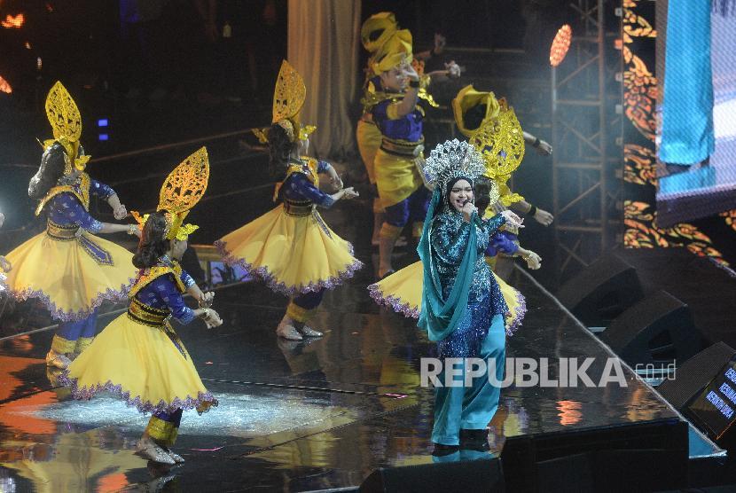 Konser Siti Nurhaliza. Dato Sri Siti Nurhaliza saat konser di Istora Senayan, Jakarta, Kamis (21/2/2019). Dalam tajuk Dato Sri Siti Nurhaliza On Tour ini, Siti menghibur penggemar dengan lagu-lagu melayu dan hits.