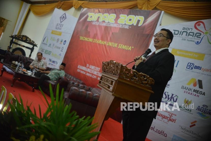 Konsultan Keuangan Muhammad Syafi'i Antonio memberikan pemaparan saat menjadi pembicara dalam dialog kebangsaan dalam rangkaian Days of Islamic Economics Revival (DINAR) 2017 yang digelar di Alhambra Multifunction Hall Kampus STEI Tazkia, Sentul, Bogor, Jawa Barat, Kamis (11/5).