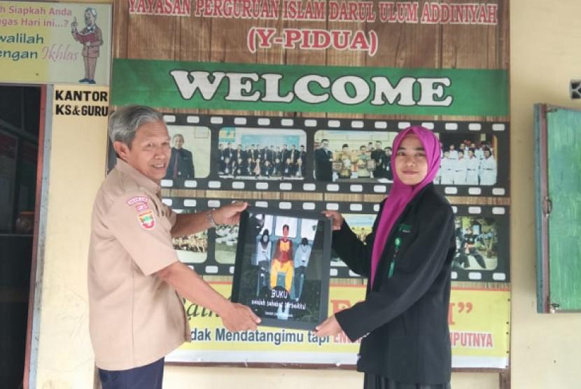 Konsultan relawan dalam program Sekolah Literasi Indonesia (SLI), berupaya memajukan SD Pidua Meranjat.