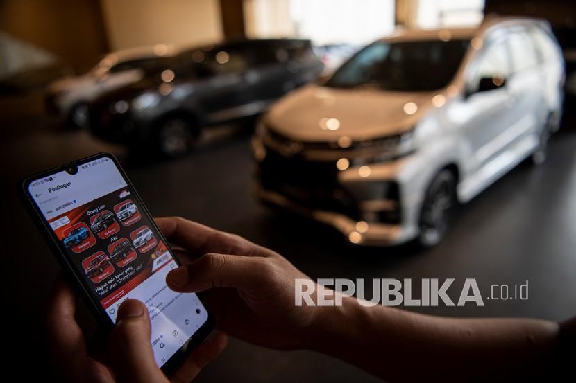 Konsumen melihat media sosial terkait kendaraan di dealer Auto2000 Sudirman, Menara Astra, Jakarta, Selasa (21/9/2021). Pemerintah resmi memperpanjang kebijakan pajak penjualan barang mewah ditanggung pemerintah (PPnBM DTP) untuk kendaraan bermotor sampai akhir Desember 2021 dalam rangka memacu konsumsi masyarakat kelas menengah.