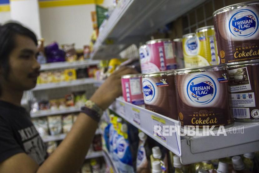 Konsumen memilih produk susu kental manis di salah satu mini market di Pasar Baru, Jakarta, Jumat (6/7).