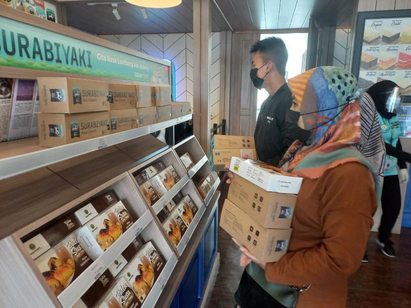 Konsumen sedang membeli produk Surabiyaki, Sabtu (25/9) di toko yang berada di Lembang, Kabupaten Bandung Barat.