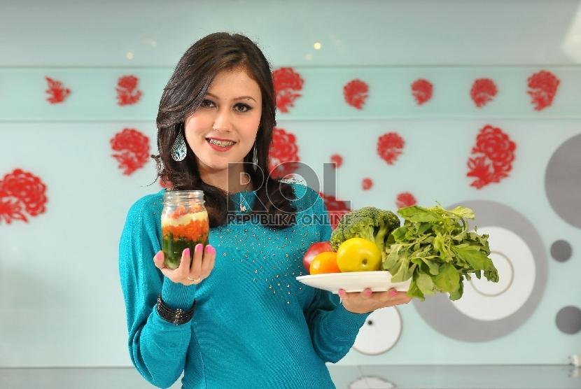 Konsumsi makanan sehat dan olahraga membantu menjaga daya tahan tubuh.
