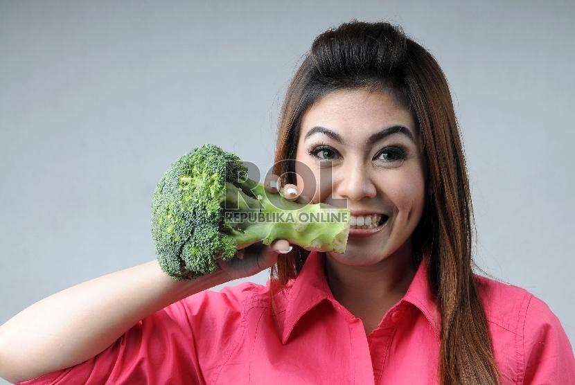 Konsumsi sayuran hijau membantu memerangi penuaan dini di kulit.