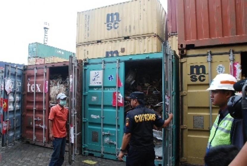 Kontainer berisi limbah berbahaya dan beracun kategori B3 ditemukan di pelabuhan