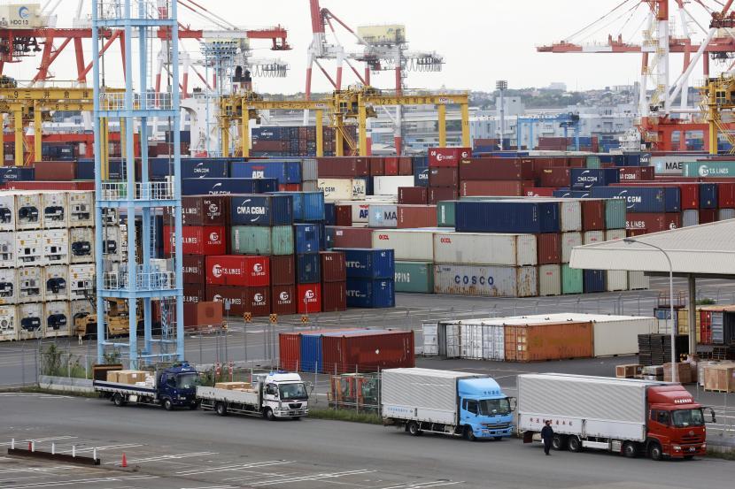 Kontainer ditempatkan di sebuah pelabuhan di Yokohama, selatan Tokyo, pada 9 September. 7 September 2021. Ekspor Jepang naik 26% pada Agustus dari tahun sebelumnya, data awal yang dirilis Kamis, 16 September 2021