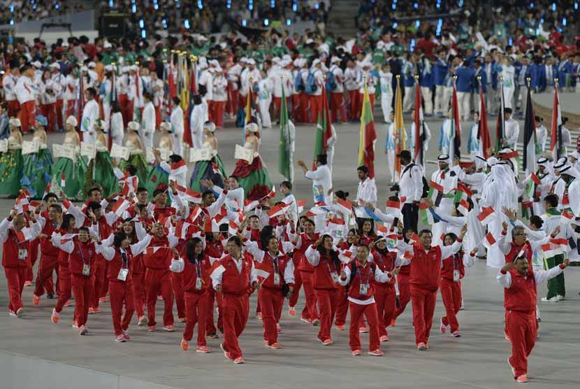 Kontingen Indonesia mengibarkan bendera Merah Putih ketika pembukaan Asian Games 2014 di Incheon, Korsel, Jumat (19/9).