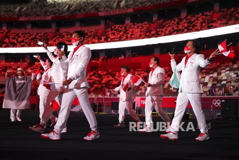 Kontingen Indonesia saat mengikuti defile dalam pembukaan Olimpiade Tokyo 2020 di Stadion Nasional, Tokyo, Jepang, Jumat (23/7/2021).