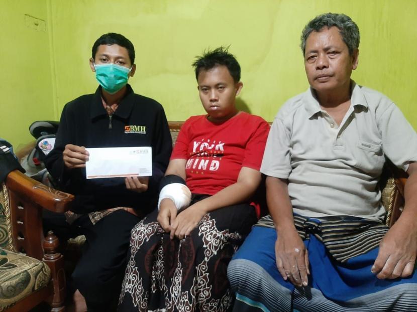 Koordinator BMH Gerai Pekalongan Aziz Firman bersama dengan Abdul Fatah (tengah) dan ayahnya, Firdaus (kanan).