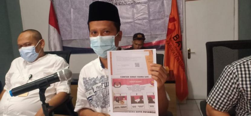 Koordinator Divisi Pengawasan Bawaslu Kabupaten Bandung, Hedi Ardia memperlihatkan bukti pelanggaran salah satu paslon di Kantor Bawaslu Kabupaten Bandung, Soreang, Kabupaten Bandung, Rabu (2/12).