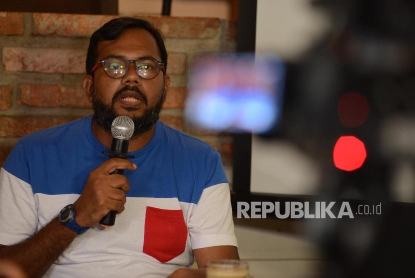 Koordinator Kontras Haris Azhar memberikan pemaparan saat menggelar konferensi pers bersama media di Jakarta, Ahad (27/11).
