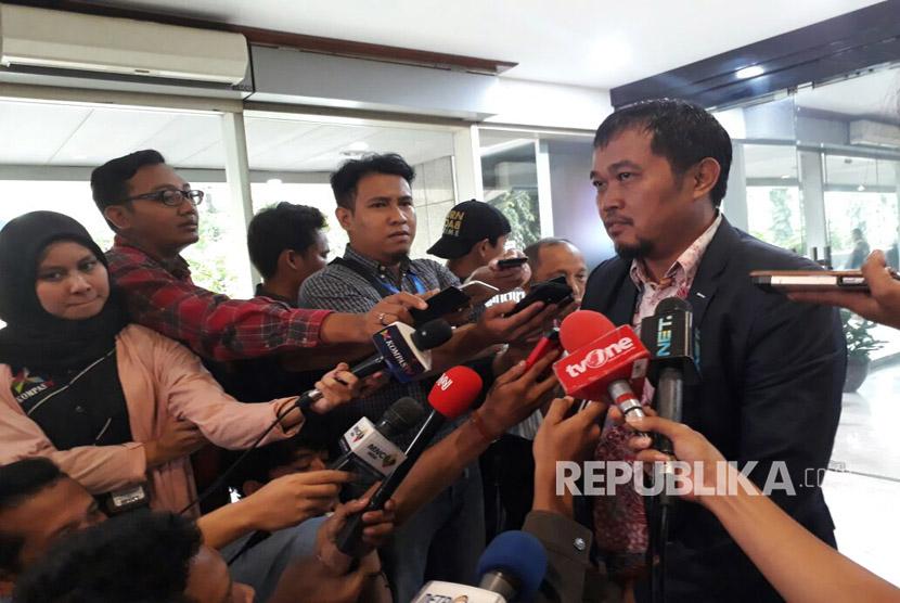 Koordinator Masyarakat Anti Korupsi Indonesia (MAKI) Boyamin Saiman usai melaporkan dugaan pelanggaran kode etik Ketua DPR RI, Setya Novanto ke Mahkamah Kehormatan Dewan pada Kamis (16/3).