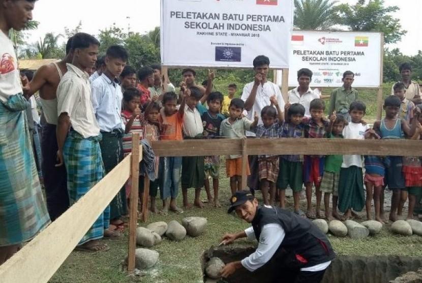Koordinator Muhammadiyah Aid, Bachtiar Dwi Kurniawan meletakkan batu pertama pembangunan Sekolah Indonesia di Rakhine