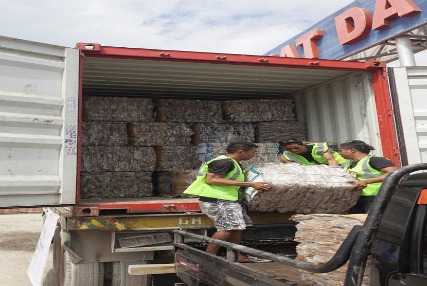 Koperasi Serba Usaha (KSU) Komodo dan pusat daur ulang Batu Cermin dengan bersama Danone-Aqua melakukan pengiriman perdana botol plastik bekasi sebanyak 10 ton.  Botol bekas tersebut akan dikirimkan ke Recycling Business Unit (RBU) mitra Danone-AQUA di Bali dimana dengan menggunakan teknologi tinggi di proses menjadi bahan baku botol baru AQUA Life oleh Pabrik Daur Ulang-Namasindo di Bandung.