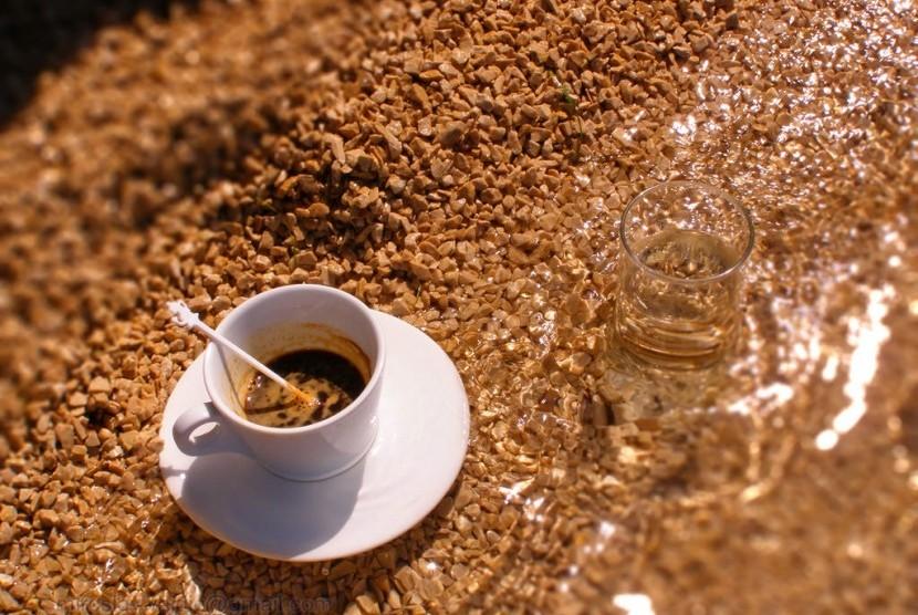 Kopi, salah satu sumber kafein.