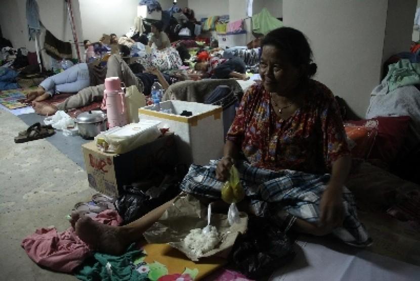 Korban Banjir Jakarta mengungsi.