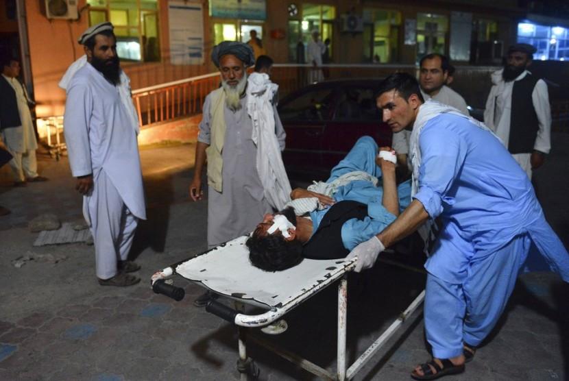 Korban bom bunuh diri dibawa ke rumah sakit di Jalalabad, Afghanistan, Sabtu (16/6). Bom meledak di tengah gencatan senjata Taliban.