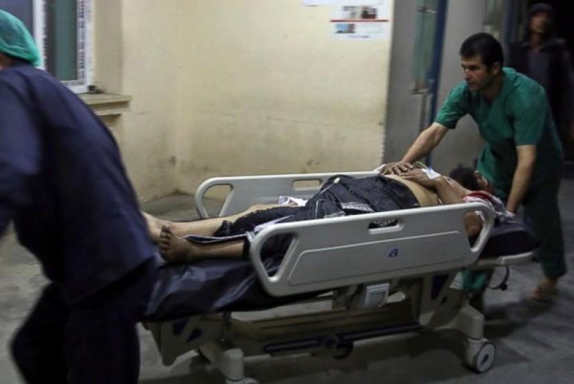 Korban bom bunuh diri dibawa ke rumah sakit di Kabul.