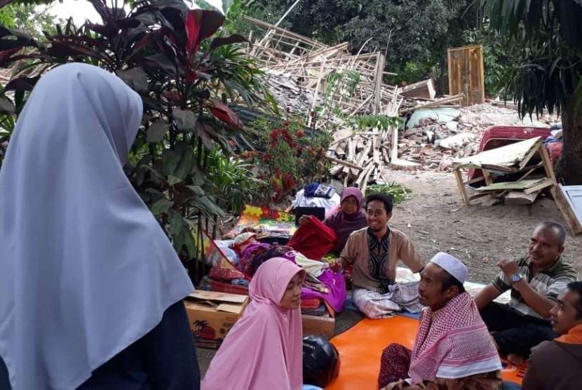 Korban gempa NTB berlindung di tempat seadanya.