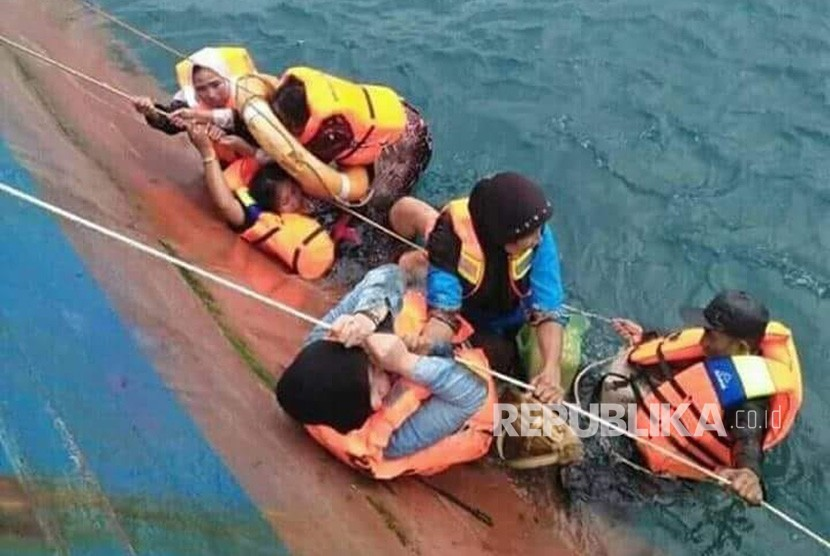 Passengers of Lestari Maju evacuated from the coaster that sunk in Selayar waters, South Sulawesi, Tuesday (July 7).
