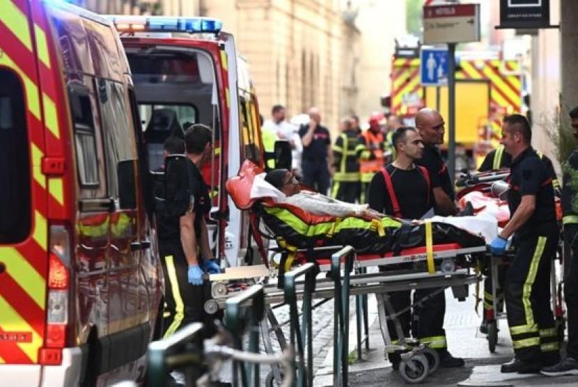 Korban ledakan bom yang terluka di bawa ke rumah sakit