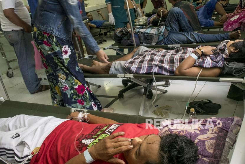 Korban minuman keras (miras) oplosan mendapat perawatan lanjutan oleh petugas di Instalasi Gawat Darurat (IGD) di RSUD Cicalengka, Kabupaten Bandung, Jawa Barat, Selasa (10/4).