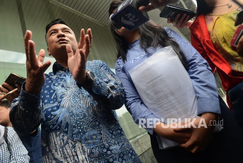 Korban pelecehan seksual RA (kanan) bersama kuasa hukum Heribertus S. Hartojo (kiri) saat memberikan keterangan di Kantor Bareskrim Polri, Gambir, Jakarta, Rabu (2/1).