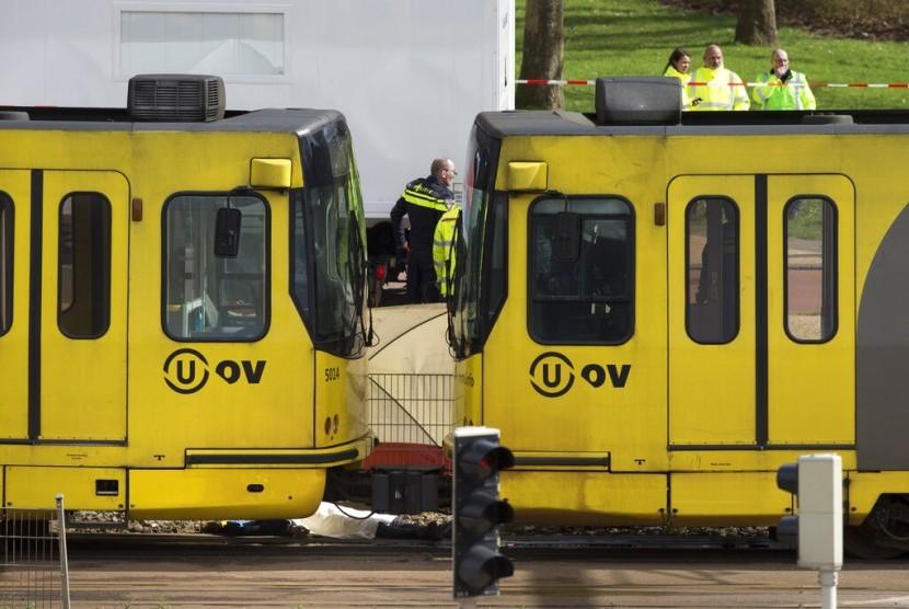 Korban penembakan trem di Utrecht, Belanda, terbaring ditutupi kain putih di sisi trem, Senin (18/3) waktu setempat.