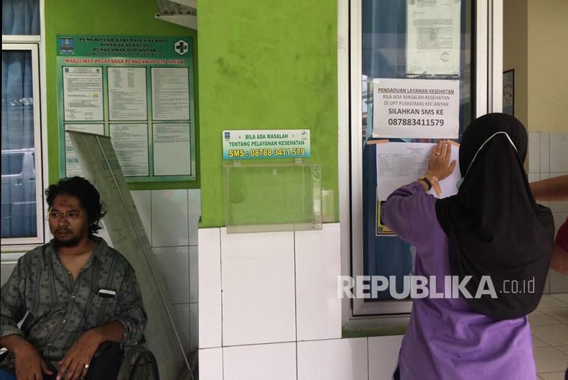 Korban selamat dari terjangan tsunami di Pulau Sangiang, berada di Puskesmas Anyer, Kecamatan Anyer, Kabupaten Serang, Ahad (23/12).