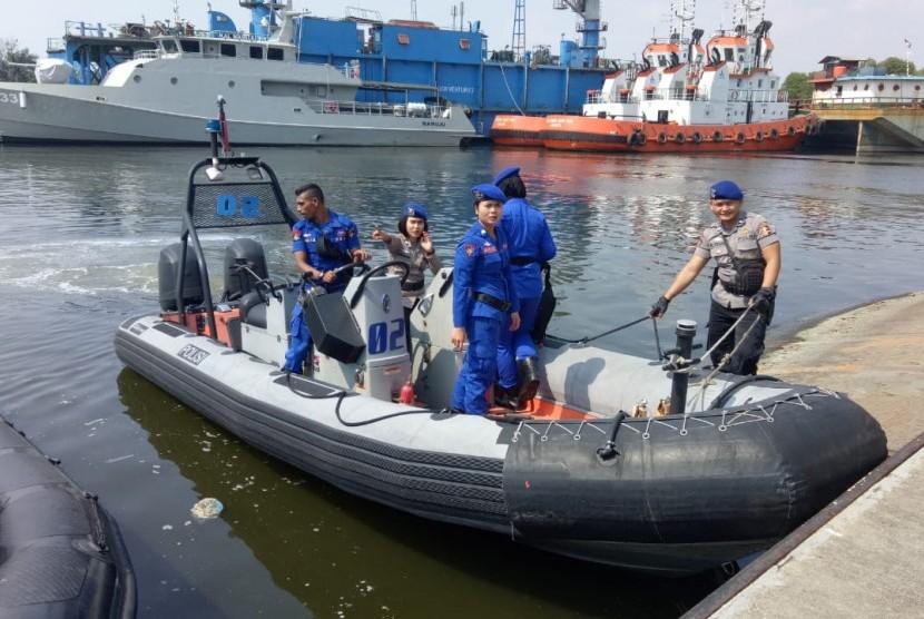 Korpolairud Ditpolairut Bhamarkam Polri melakukan penyisiran terkait kemunculan buaya di Pulau Pondok Duyung, Teluk Jakarta, Ahad (17/6).