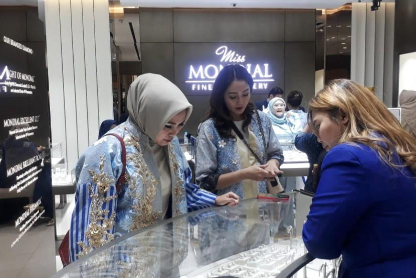 Kota Bandung tak hanya potensial menjadi destinasi wisata belanja. Namun, untuk perhiasan pun sangat potensial dan diperhitungkan oleh pebisnis perhiasan.