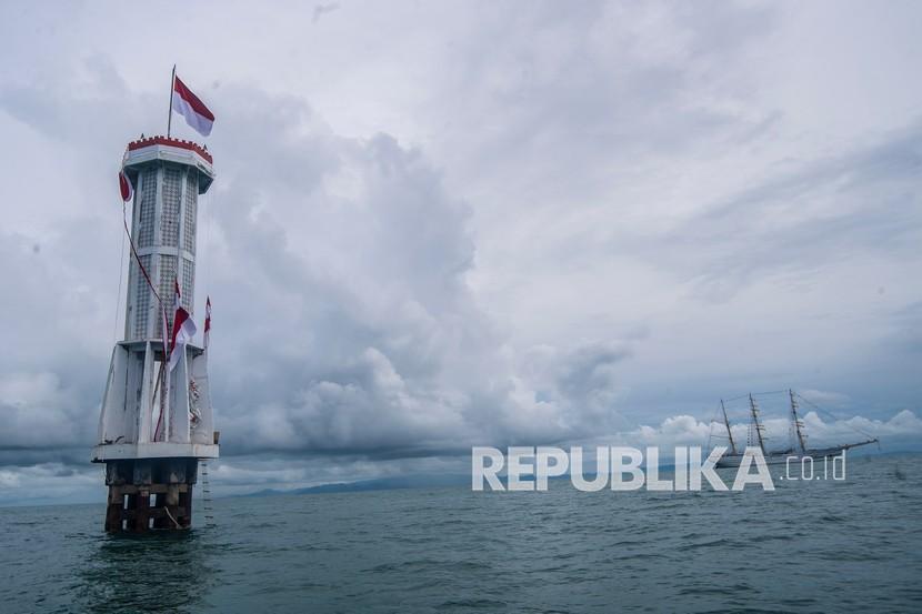 Mercusuar tersebut merupakan tanda perbatasan perairan laut antara Indonesia dengan Malaysia.