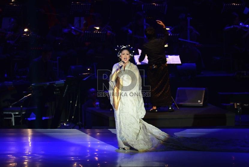 Krisdayanti saat tampil di salah satu konser