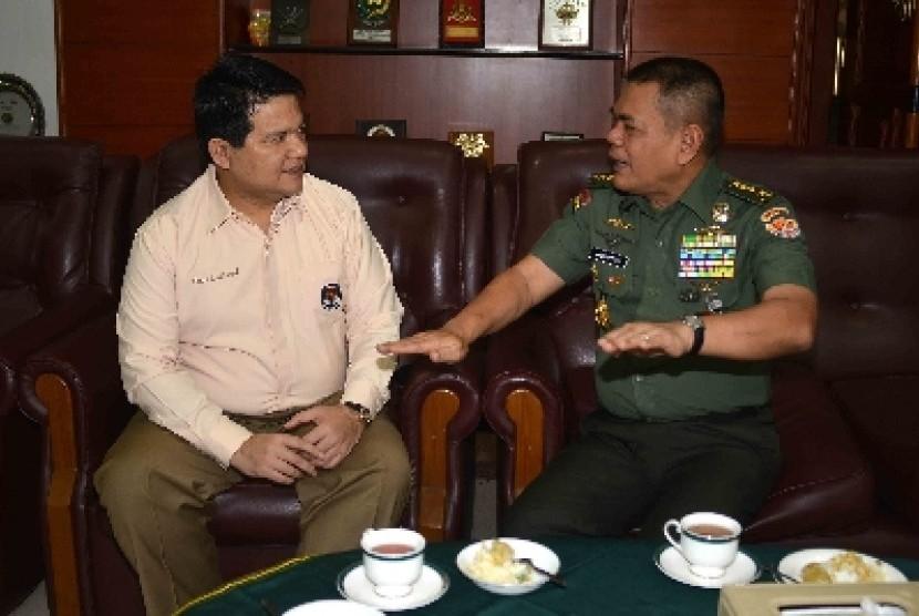 KSAD Jenderal Budiman (kanan) bersama Ketua KPU Husni Kamil Malik.