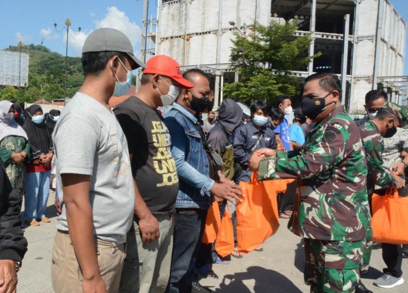 KSAL Laksamana TNI Yudho Margono didampingi Pangdam III Siliwangi, Mayjen TNI Nugroho Budi Wiyanto, meninjau pelaksanaan vaksinasi masal di Kabupaten Sumedang