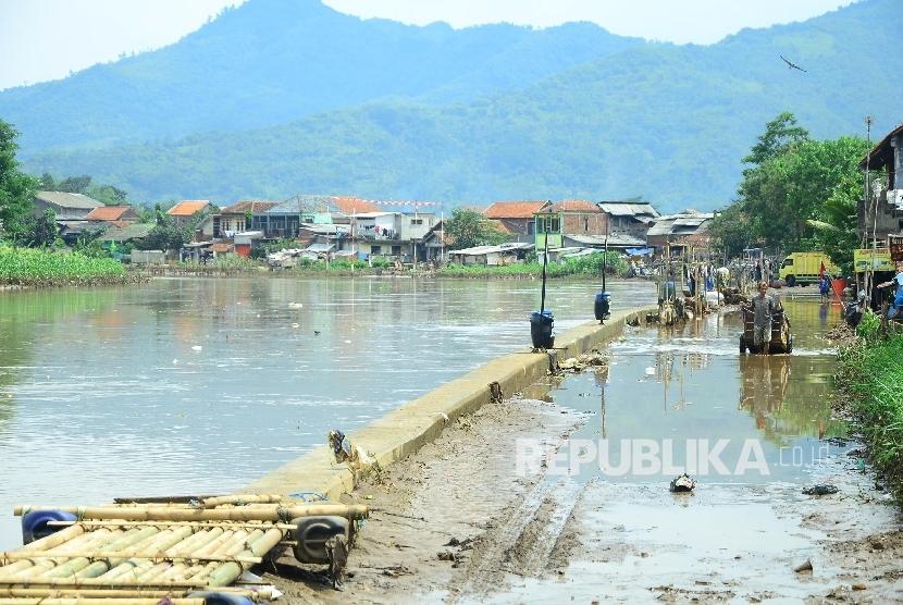 Ktinggian Sungai Citarum dengan jalan dan pemukiman sudah sama di Kecamatan Bojongsoang, Kabupaten Bandung, Senin (31/10).