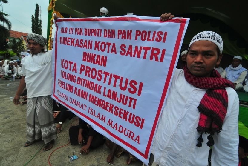 ktivis Laskar Pembela Islam (LPI) membentangkan poster saat melakukan
