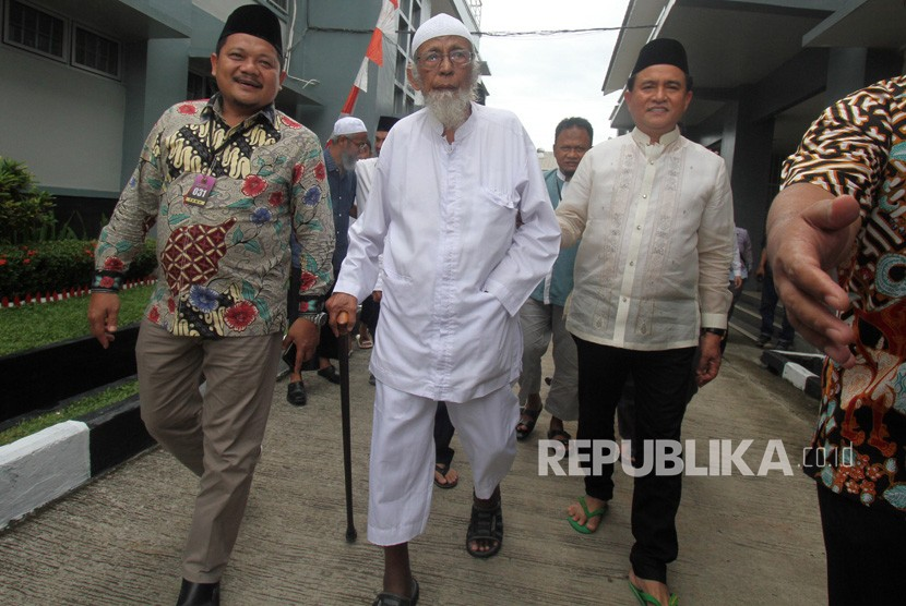 Lawyer Yusril Ihza Mahendra (right) visits convict in terrorism, ustaz Abu Bakar Ba'asyir (center) at Gunung Sindur Prison, Bogor, West Java, Friday (Jan 18).