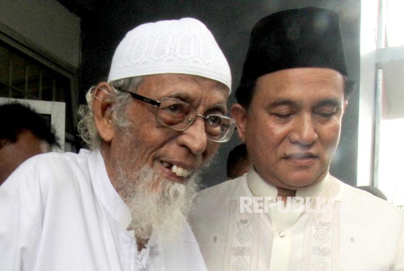 Kuasa hukum capres Joko Widodo dan Ma'ruf Amin, Yusril Ihza Mahendra (kanan) mengunjungi narapidana kasus terorisme Abu Bakar Baasyir (kiri) di Lapas Gunung Sindur, Bogor, Jawa Barat , Jumat (18/1/2019).
