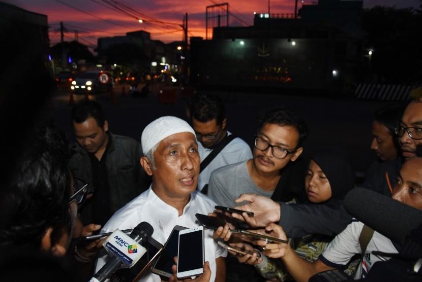 Kuasa Hukum dari Tim Pembela Muslim, Ahmad Michdan (tengah) memberikan keterangan pada wartawan usai melakukan pendampingan pemeriksaan terhadap Sekjen Forum Umat Islam (FUI) Muhammad Al Khaththath, di Mako Brimob Kelapa Dua, Depok, Jawa Barat, Jumat (31/3).